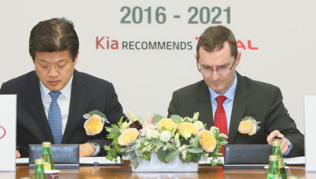 Steven Yoon, Vice President, Overseas Service Division at Kia Motors Corp. (left) and Pierre Duhot, General Manager, Automotive Division at Total Lubrifiants (right) take part in the official signing ceremony for the 5-year partnership extension.